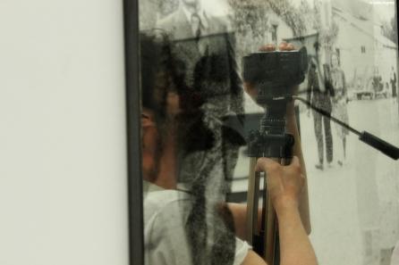 """Musée Mac/Val de Vitry-sur-Seine, reflet dans l'œuvre """"Histoire enfance"""", de Pascal Convert"""